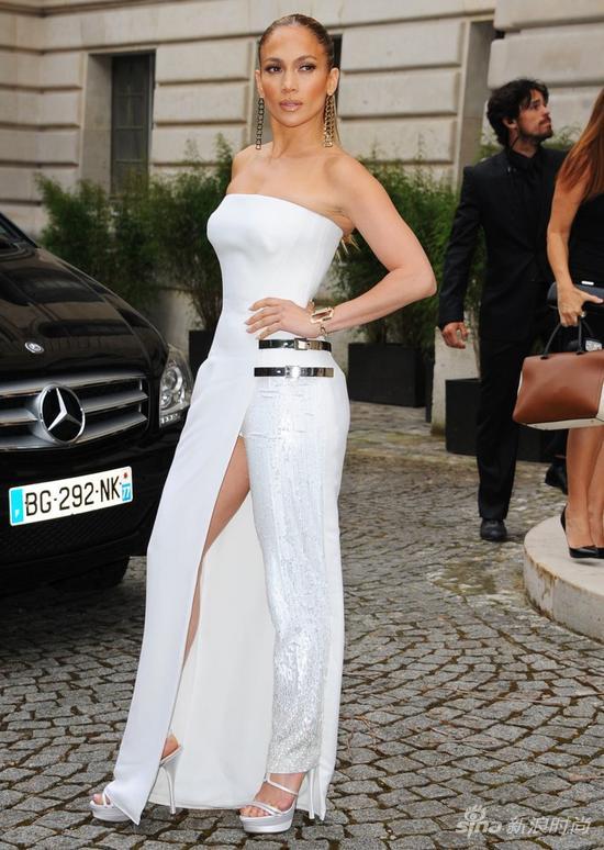 詹妮弗-洛佩兹身穿Versace定制礼服出席品牌高定秀