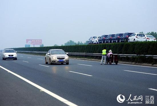 路面车辆不断,老人随时有危险。
