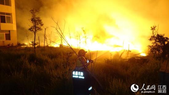 消防官兵扑救大火。