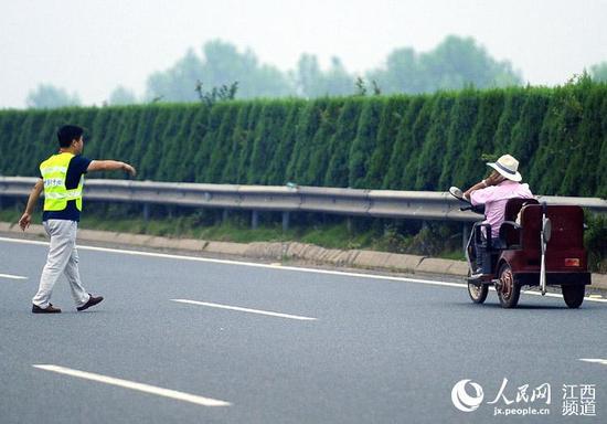 南昌截肢老人酒后开三轮车高速公路上逆行(图)
