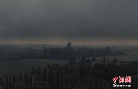 """明升体育乌云压城 现""""一线天""""景象"""