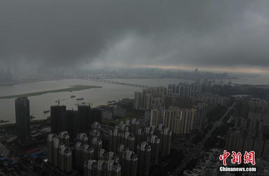 """南昌乌云压城 现""""一线天""""景象"""
