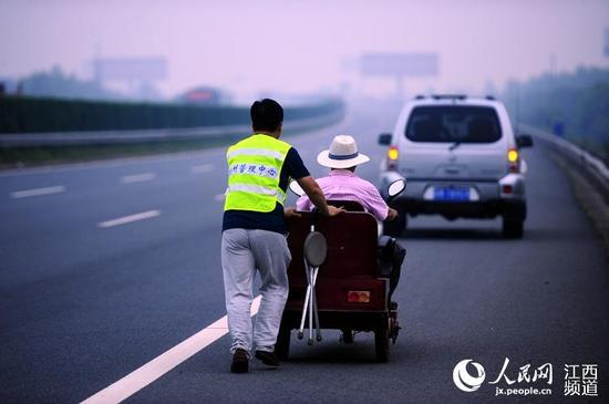明升体育截肢老人酒后开三轮车高速公路上逆行(图)