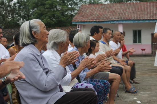 50多位空巢老人听大学生唱《感恩的心》后落泪