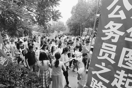 2014年6月22日,在山东省潍坊市一考点,参加2014年潍坊市考试录用公务员笔试的考生们结束上午的考试走出考场。张驰/CFP