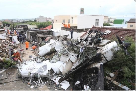 台湾客机迫降时重摔起火