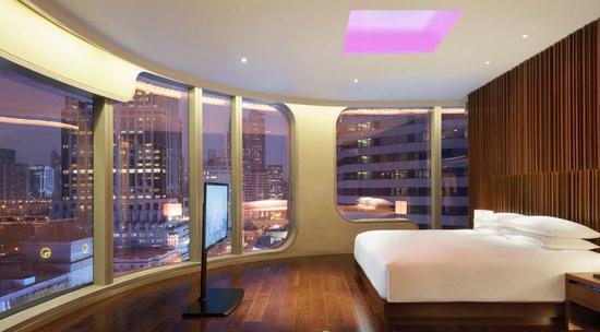 房间天花板上的LED灯
