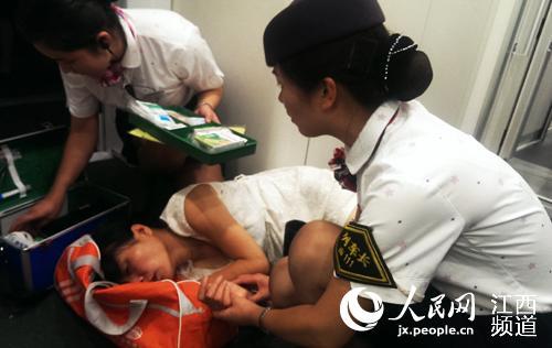 D91列车长正在和乘车医务人员一起营救突发心脏病的旅客