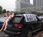 业主携充气娃娃巡街抗议违建
