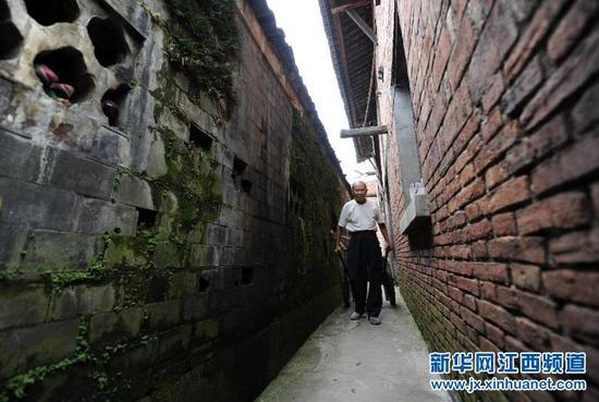 上饶:八旬老人甘守清贫义务修路28年(组图)
