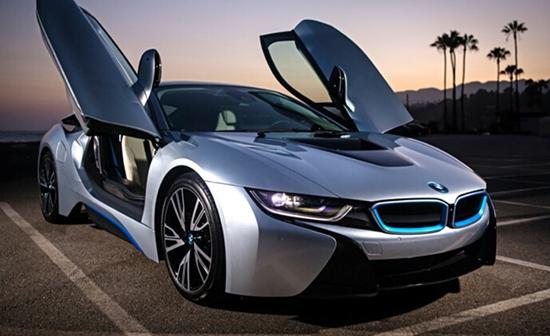 在谈论到电动车的时候,我们可能忘了提到宝马的全新i8插电式混合动力汽车。这辆宝马跑车像来自未来的车, 整体车身线条流畅,配合大尺寸的合金轮圈使新车具备了非常动感的视觉效果。同时,使用了诸多轻量化的材料,车身重量不超过1490千克。   动力方面,宝马i8搭载由1.