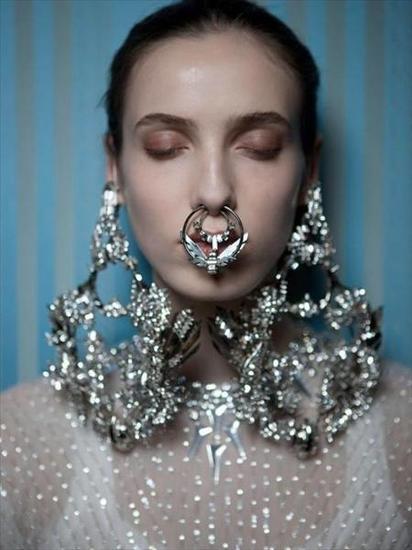 【新珠宝】珠宝武装到鼻子 Rihanna引领鼻环风潮