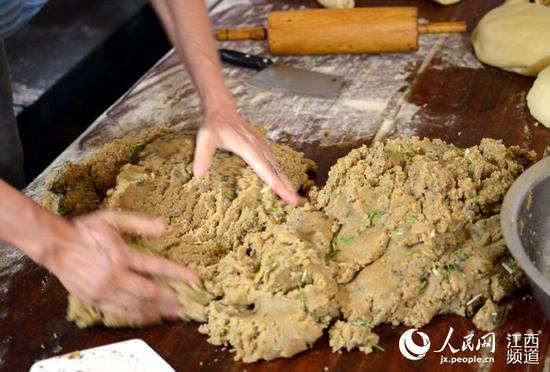 明升体育:中秋节临近 传统手工月饼受追捧(组图)