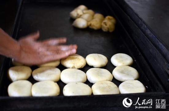 南昌:中秋节临近 传统手工月饼受追捧(组图)
