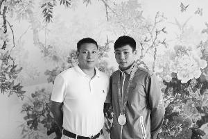 郭佳峰(右)和他的教练