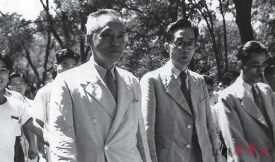 ▲1928年罗家伦(前排中间者)就任清华大学校长。资料图