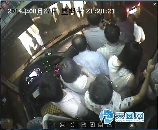 乘客们赶紧下车救人