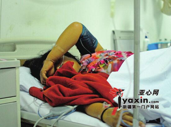 8月26日22时,在新疆医科大学第一附属医院急救中心内科病房,食物中毒的张圈在病床上休息。亚心网记者豆兴军摄