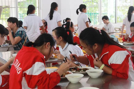 午餐时间学生用餐场景