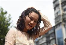 武汉街头上演冰桶挑战赛 多位美女湿身