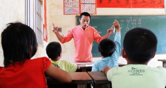 """湖南父子俩坚守""""山顶学校""""教书育人41年"""
