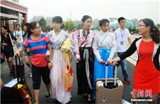 """湖南学子复古迎新 汉服演绎校园""""穿越"""""""