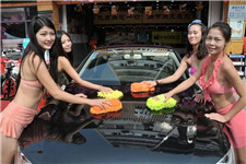 湖北襄阳商家邀女模特穿泳装为车主洗车