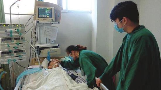 李焱平(右一)在ICU室探望患病的父亲