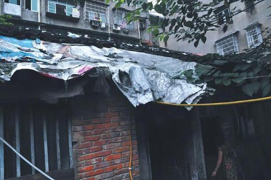 王光荣家屋顶铺了一些编织袋,以能挡住雨水。