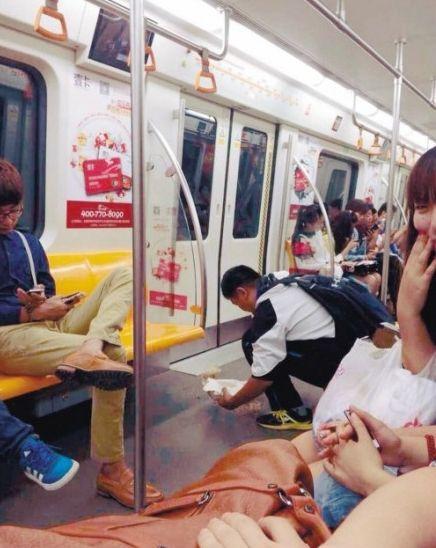 中学生地铁上打扫陌生女孩呕吐物