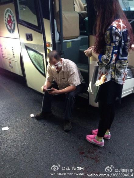 峨眉山景区观光车司机因超车被豪车车主暴打
