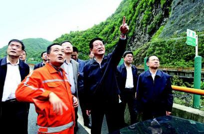 赵正永路遇西康高速隧道垮塌 现场指导抢险