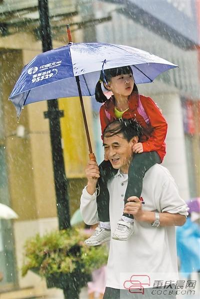 渝中区解放碑步行街,市民在雨中行走