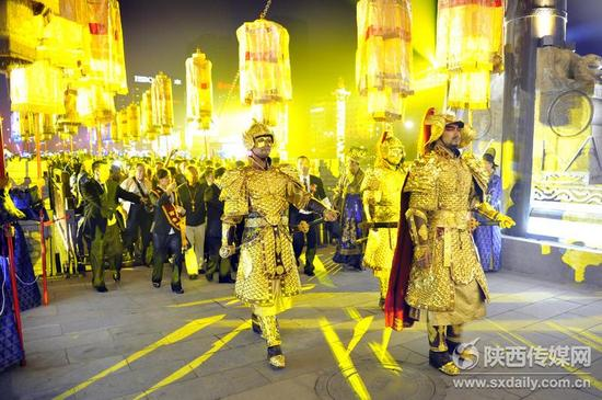 9月18日,西安南门举行了仿古迎宾仪式和精彩的《醉长安》演出,游客如同穿越古今、美轮美奂,体味西安古老文化的魅力。