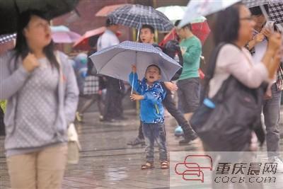 昨日,渝中区解放碑步行街,雨大得伞都挡不住