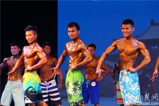 武汉办中国健身健美公开赛:女大学生变肌肉萝莉