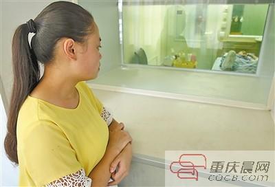 吴显亮的女朋友在窗边守望