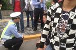 西安残疾人摩的司机向交警下跪