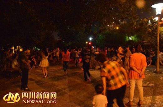南充滨江大道,晚间跳坝坝舞的市民