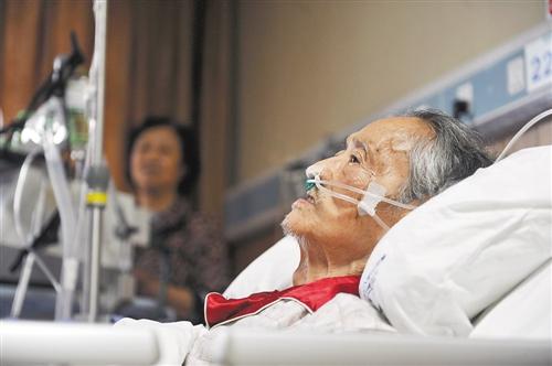 9月18日,重医附一院,龙启明正在接受治疗。