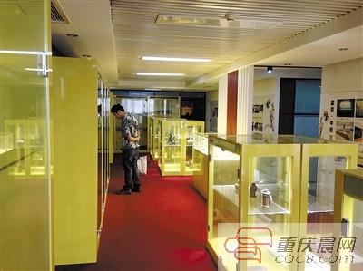 观音桥这家公司大厅的展示柜里,摆满了藏友寄放的藏品。