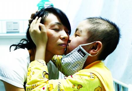 吕陈正亲吻妈妈