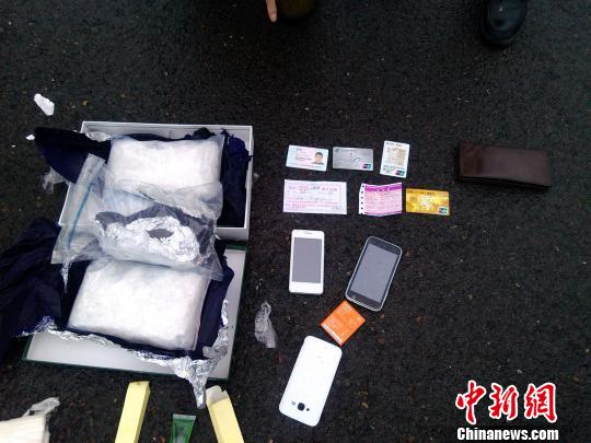 图为警方查获的冰毒和涉案工具