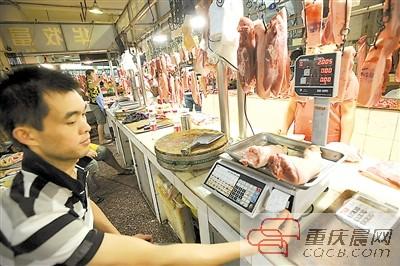 22日,渝中区学田湾农贸市场猪肉区,顾客购买猪肉时,打印出购物凭据条。