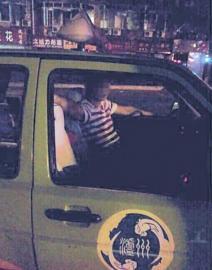 猥亵女乘客的出租车驾驶员。图据网友