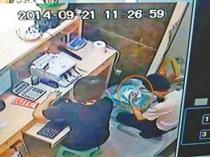 11时26分59秒,店员小张将一个黄色包装的方形袋子拆开,放在塑料凳上开始清点新到店的金项链