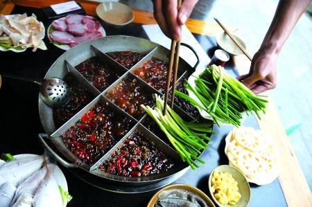2、煮菜前要在锅里放一些豆芽和小葱