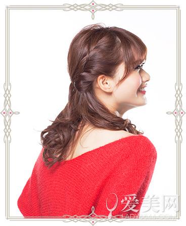两侧耳际的头发编成辫子.