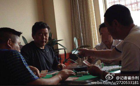 疑似汉中市水利局前局长董春元(中间黑衣者)在与人打麻将(图片来自网络)