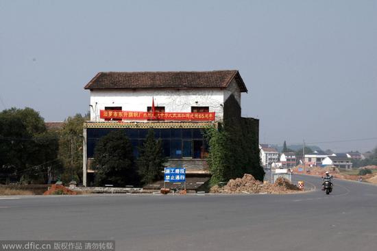 """岳阳最牛""""钉子户""""三层小楼占半幅马路"""